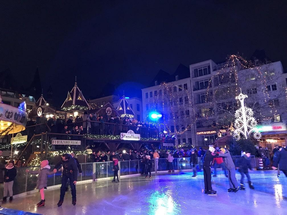 ケルンのクリスマスマーケットのスケートリンク