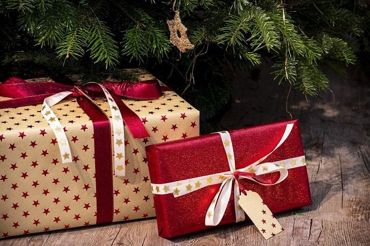 クリスマスツリーの下のプレゼント