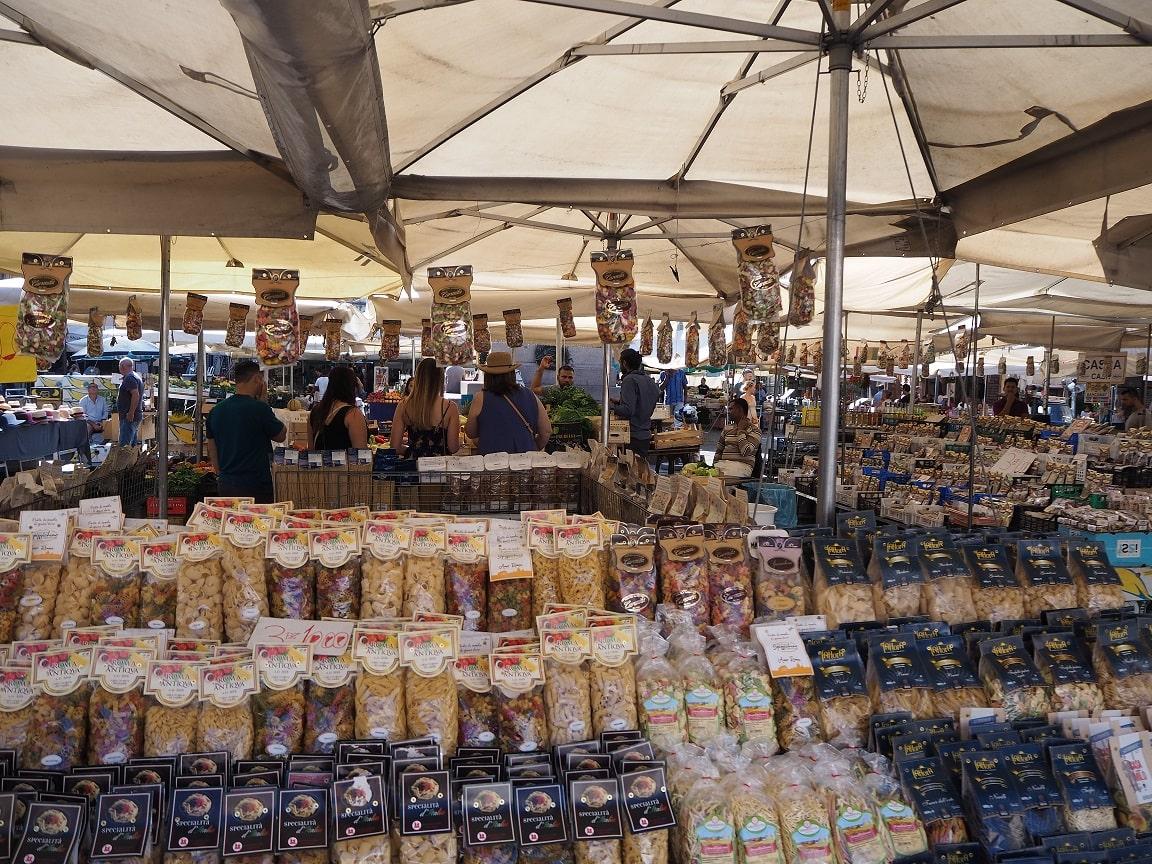 ローマのカンポ・デ・フィオーリ広場