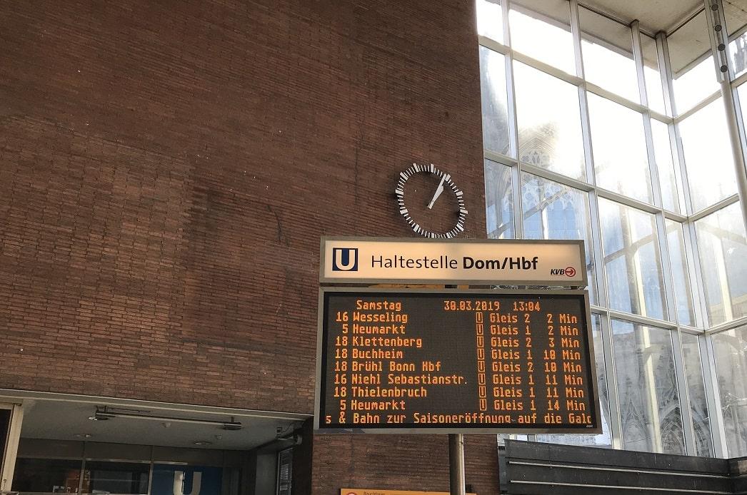 ケルン中央駅の電光掲示板