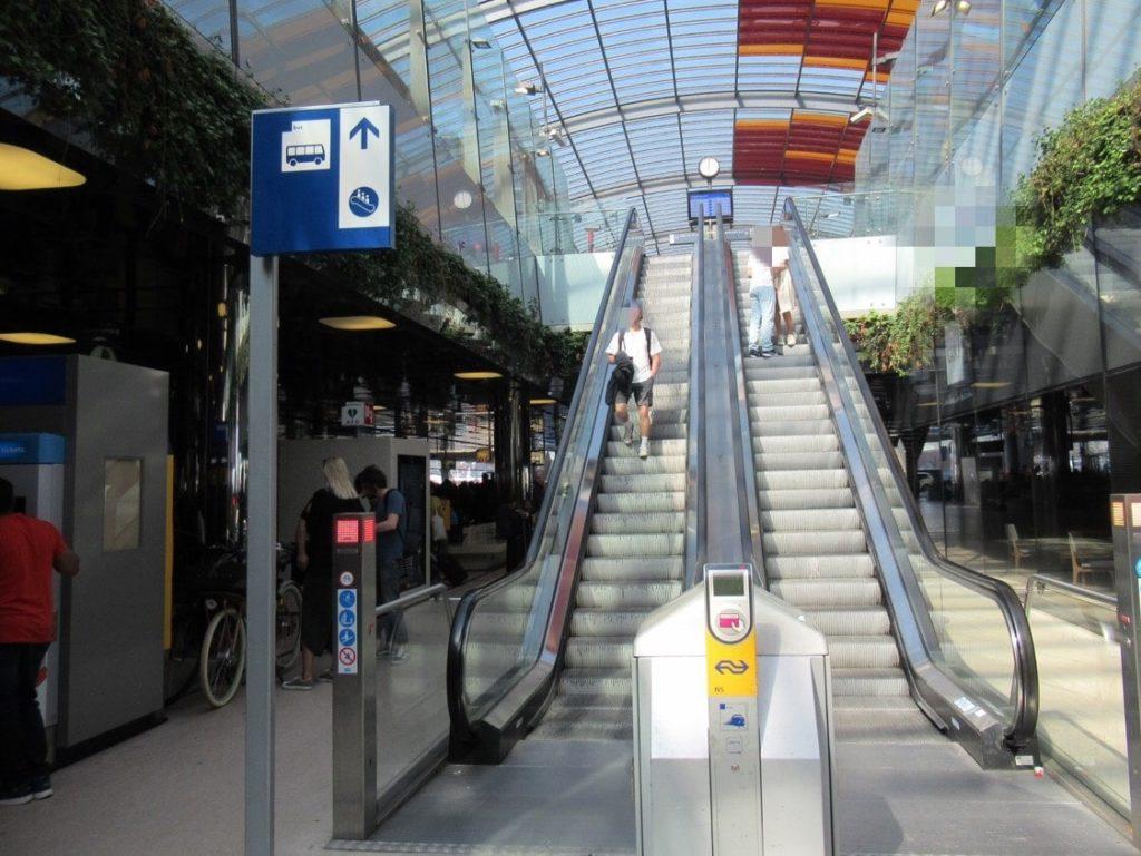 アムステルダム中央駅のバス乗り場