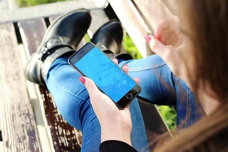 iPhoneを操作する女性