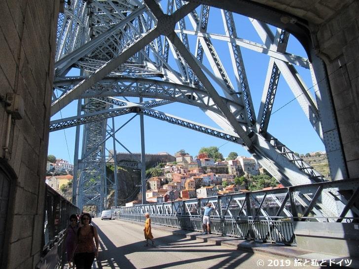 ドン・ルイス1世橋を下からみた写真