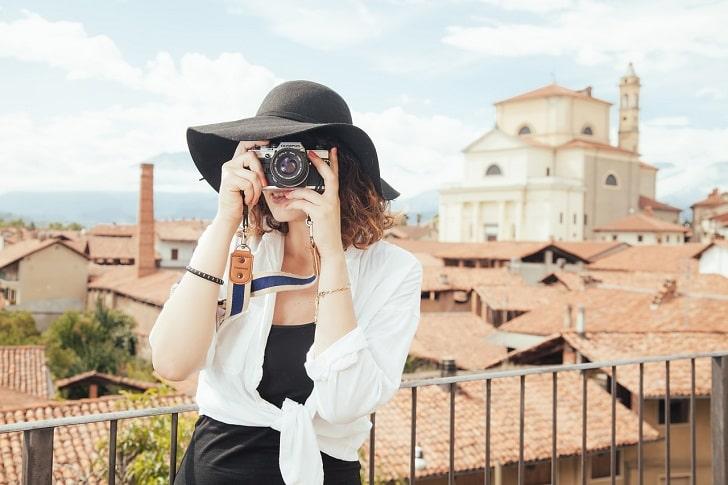 写真を楽しむ女性