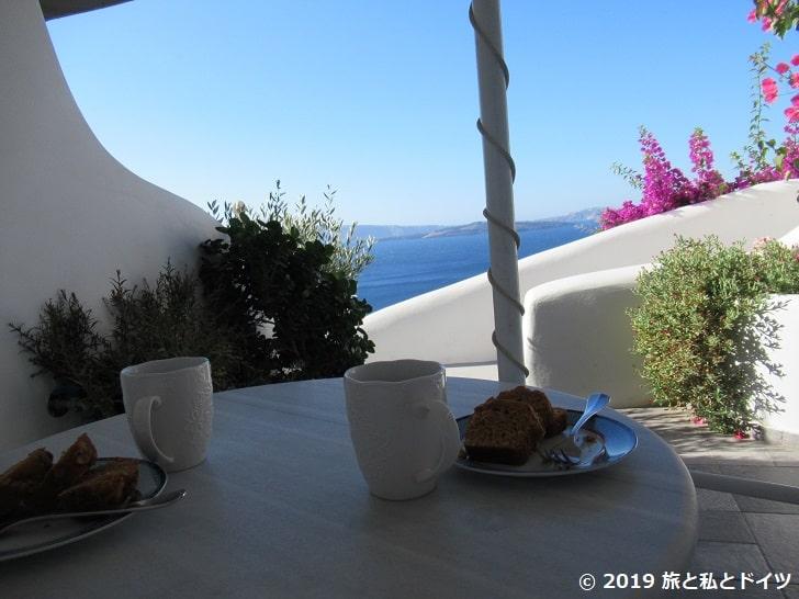 ホテルの部屋の前のテラスでの朝食
