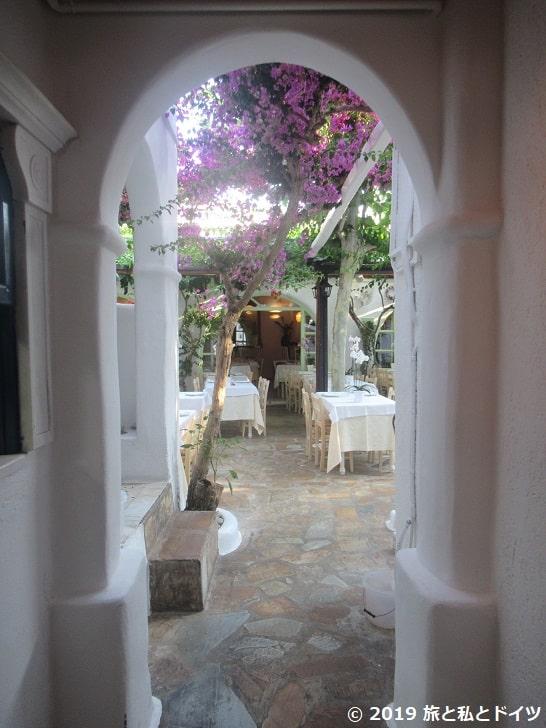 「Avra restaurant garden」の入口