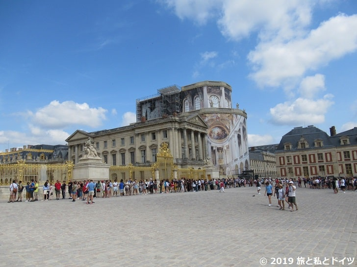 ヴェルサイユ宮殿に並ぶ人々