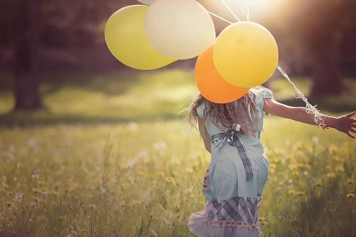 風船を持っている女性