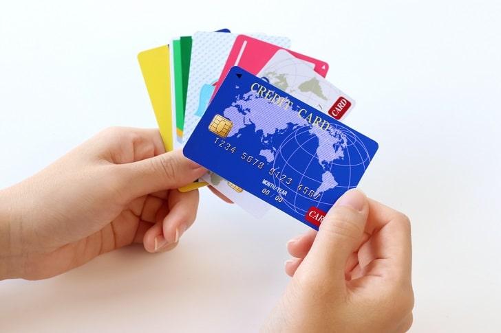 クレジットカードを持つ手