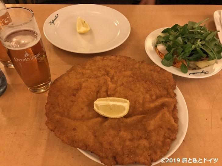レストラン「Figlmüller Bäckerstraße」のウィナーシュニッツェル