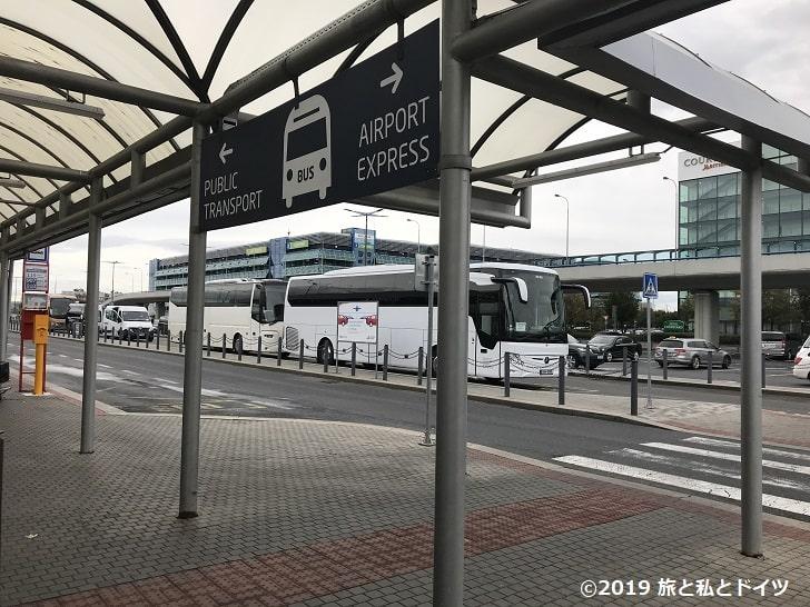プラハ空港ターミナル2のバス停