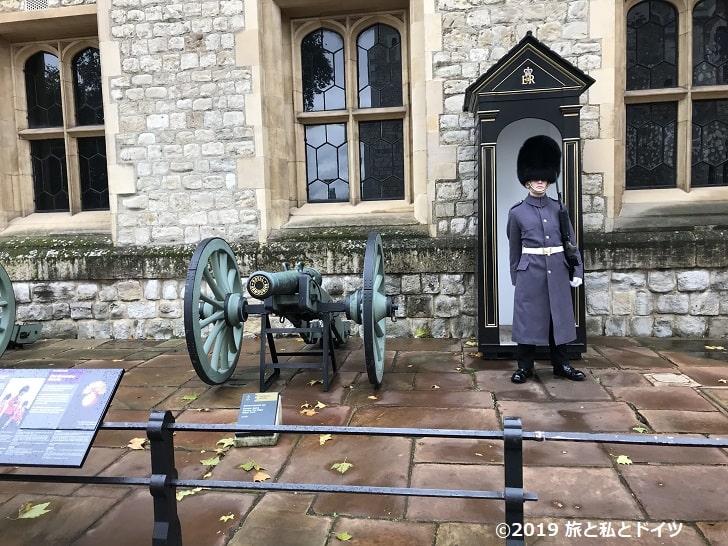 ロンドン塔の「Crown Jewels」前の衛兵