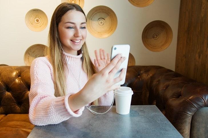 ビデオ電話をしている女性