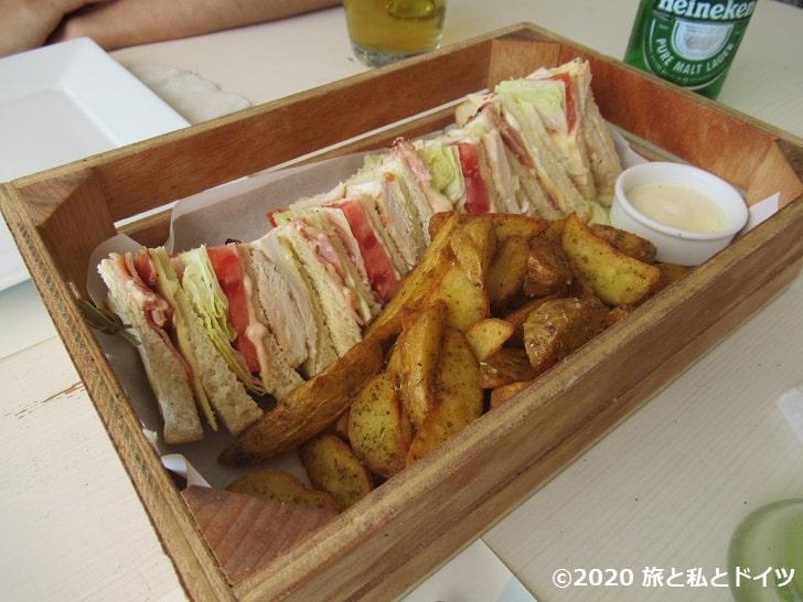Platis Gialos Beachのレストランのサンドイッチ