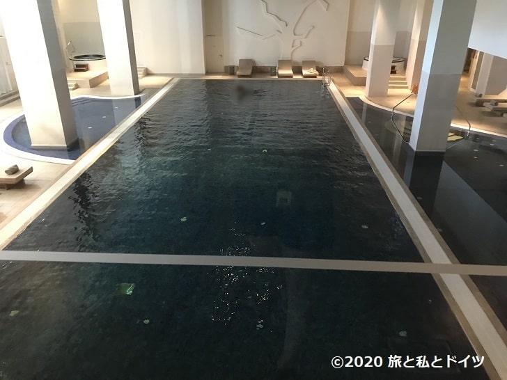 ホテル「エクセルシオール」のプール