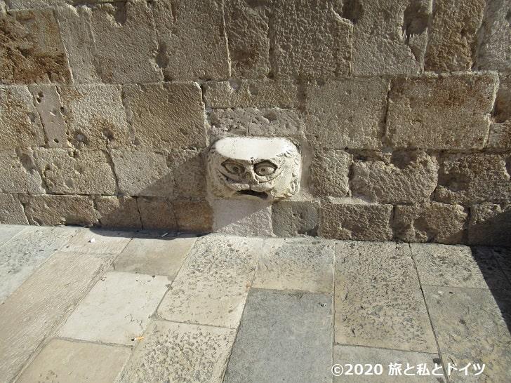 フランシスコ会修道院の近くの壁から突き出た台